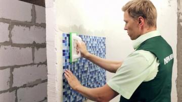Как правильно уложить мозаику на стену