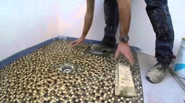 Душевая с трапом: укладка мозаики